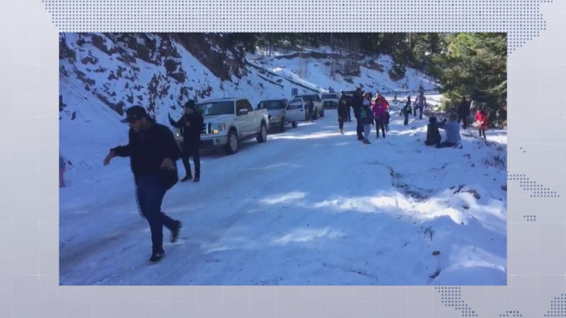 Familias disfrutan de las nevadas en la sierra de Badiraguato