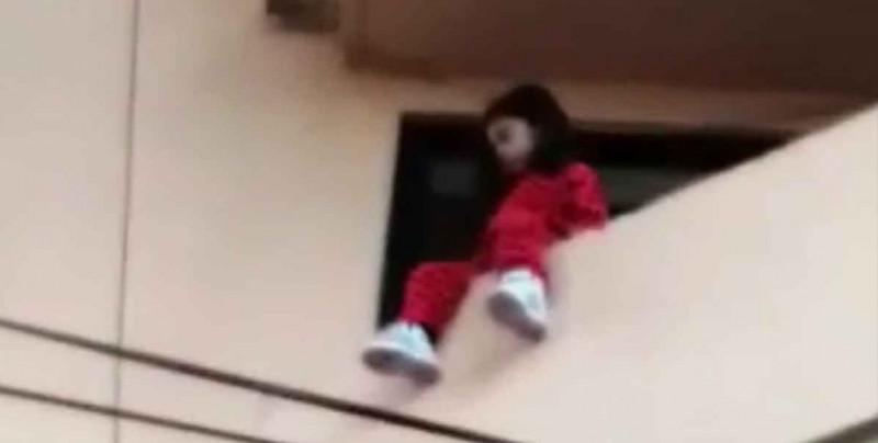 Rescatan a niña de 4 años de caer de un balcón; sus padres la dejaron sola