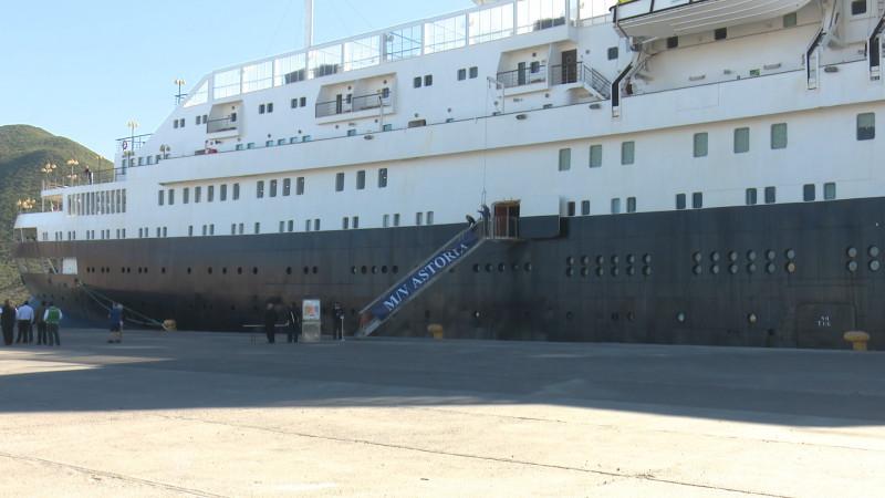 Arriba el primero de muchos cruceros a Topo