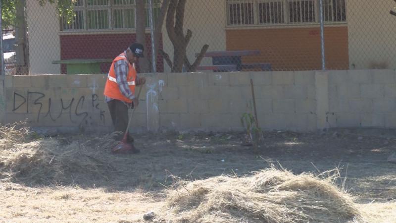 Limpian área verde en Villa Bonita