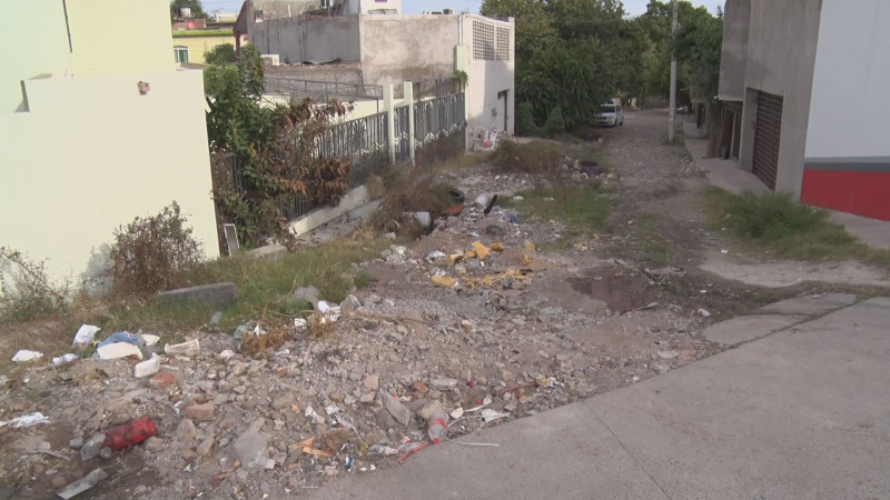 Aprovechan calle para tirar basura