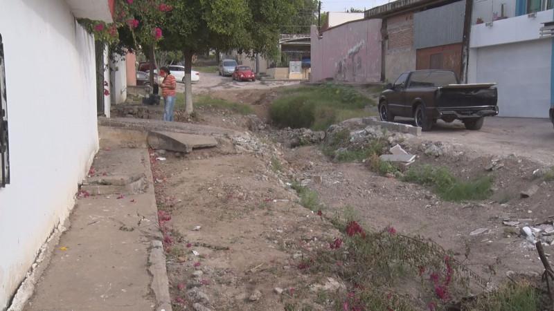 Calle destruida y con basura en la Lázaro Cárdenas