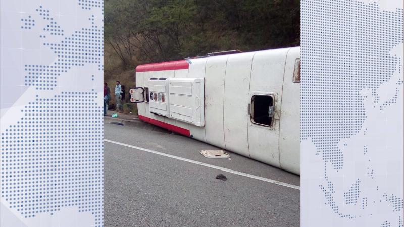 Vuelca camión de pasajeros la Mazatlán-Durango