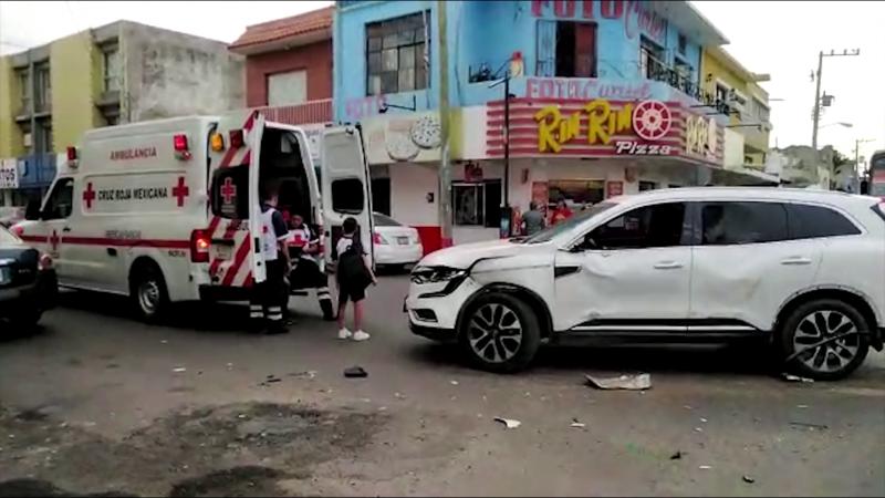 Choque entre camioneta y camión urbano