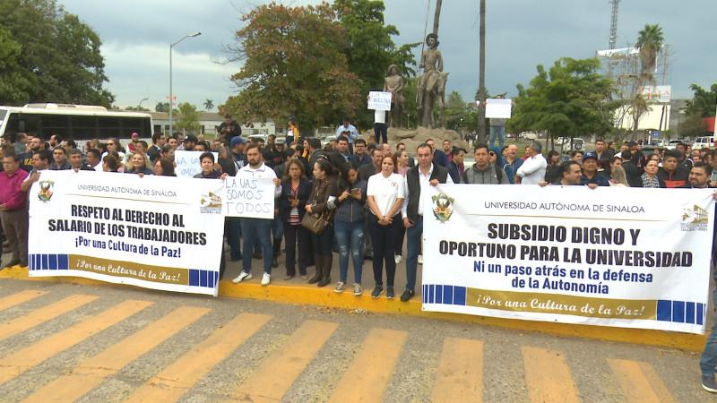 Se manifiestan trabajadores y maestros de la UAS