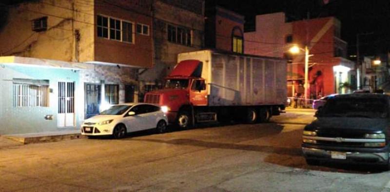 Detienen a chófer de camión que llevaba de copiloto a un cadáver