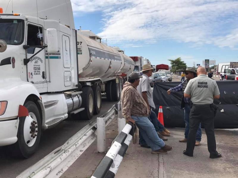 Productores bloquean la caseta de peaje San Miguel