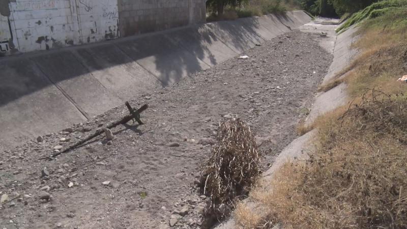 Arroyo con mucho arrastre de  tierra y hasta un pino quemado