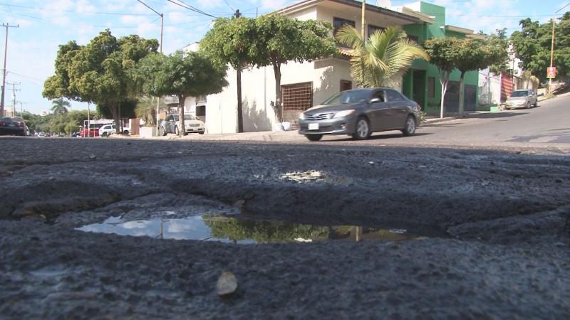 Los bache siguen invadiendo vialidades en Culiacán