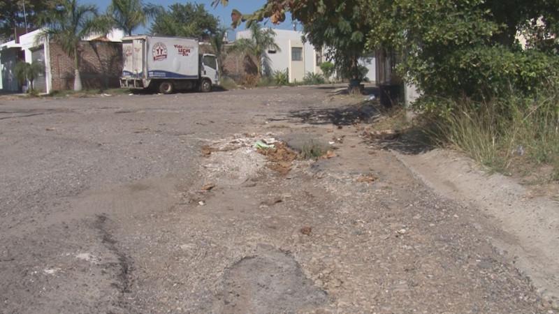 Inservible pavimento por la calle Municipio de Mocorito