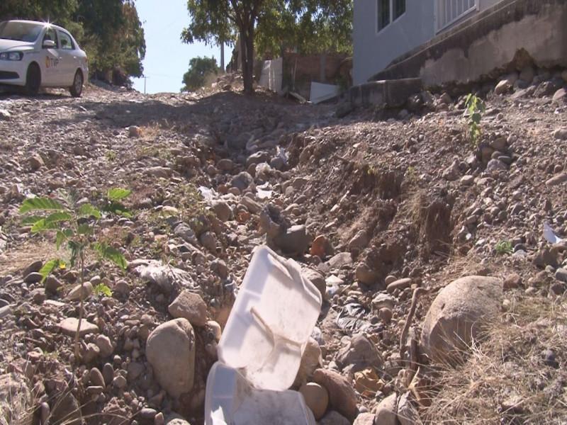 Piedras sueltas y basura por la calle Cerro del Salto