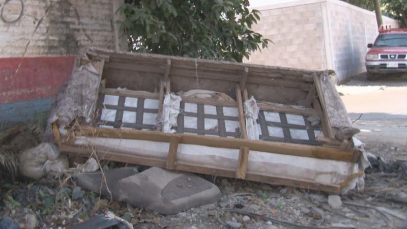 Basura y muebles viejos tirados en la San Rafael