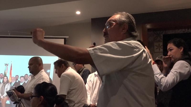 Se enfrentan periodista agredido y Alcalde en rueda de prensa