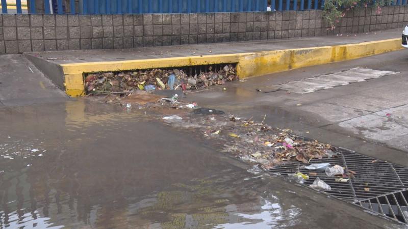 Limpia alcantarillas para evitar encharcamientos en Culiacán