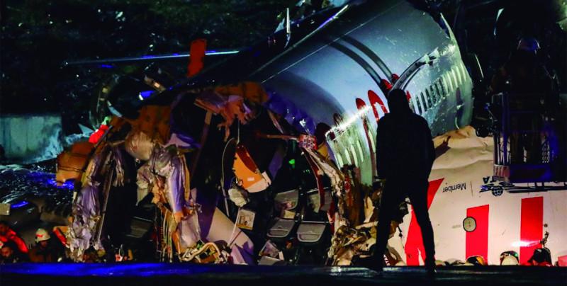 Avión en Turquía se parte en tres al salir de la pista