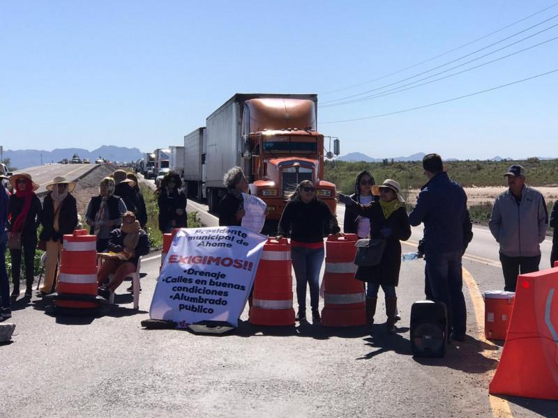 Vecinos del Carrizo mantienen bloqueo de la carretera México 15