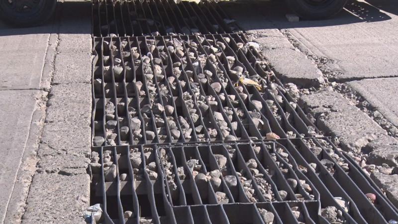 Piedras atoradas en rejillas