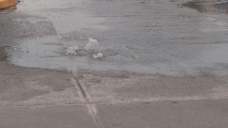 Fuga de agua por la Lázaro Cárdenas