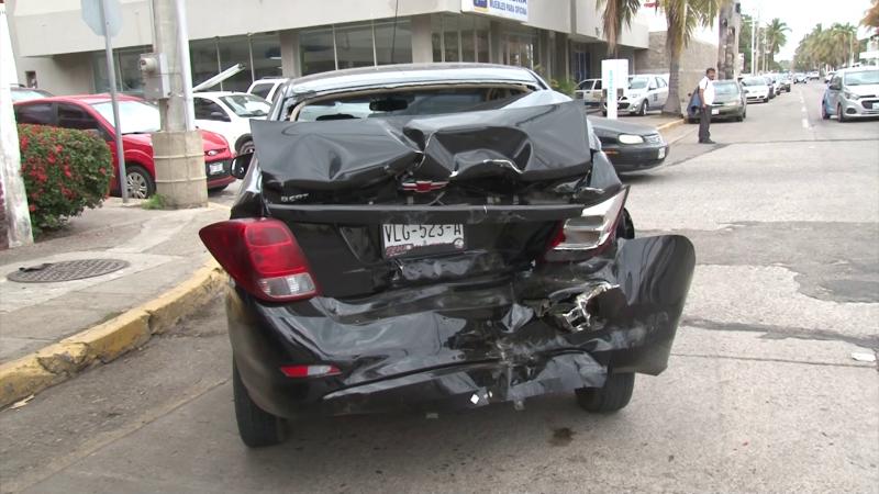 Carambola vehicular deja dos personas lesionadas