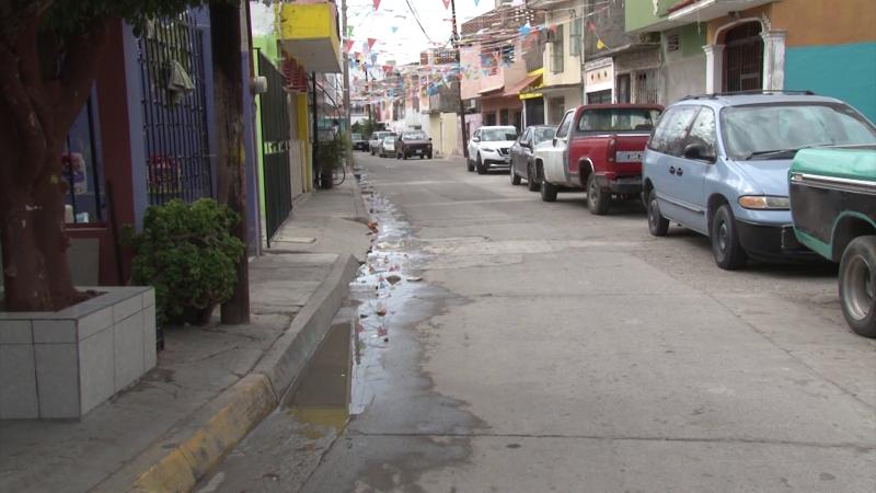 Insoportable fuga de drenaje en la colonia Gabriel Leyva