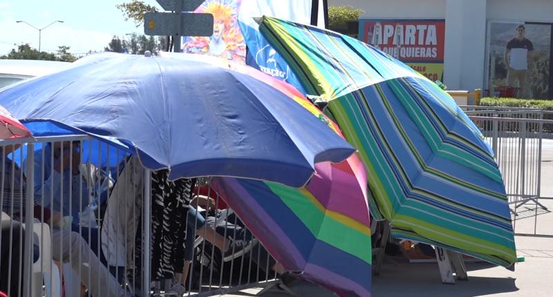 Mazatlecos acampan por boletos de coronaciones
