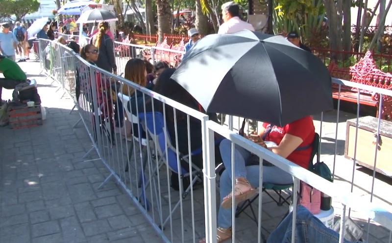 Hasta 20 horas de esperan mazatlecos por boletos para las coronaciones