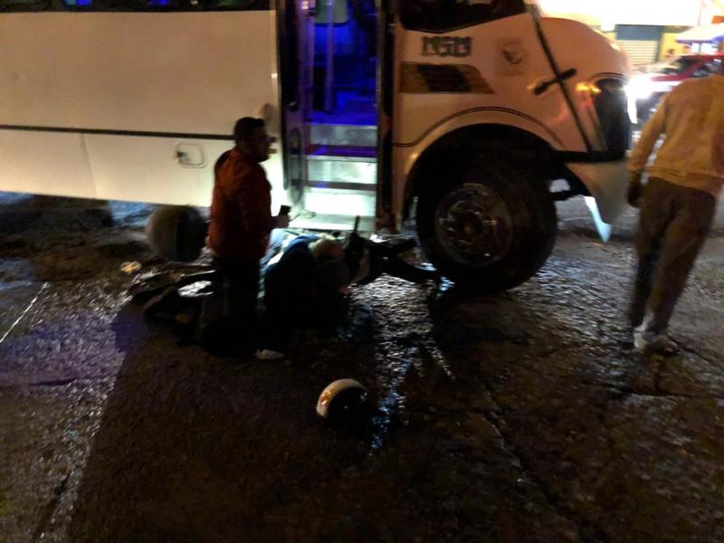 Choque entre camión urbano y motociclista deja dos personas lesionadas