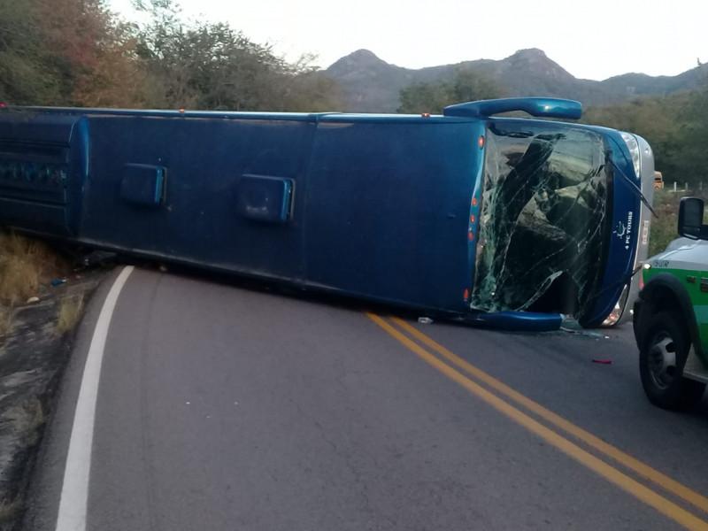 Vuelca camión turístico cerca de Concordia; 21 personas resultaron heridas