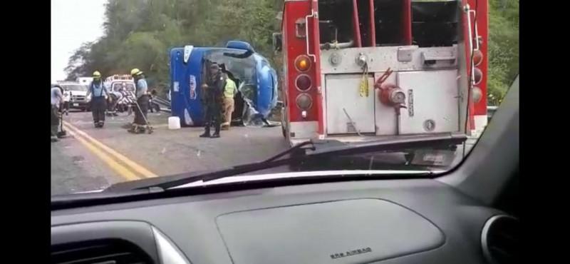 Vuelca camión de pasajeros, un muerto