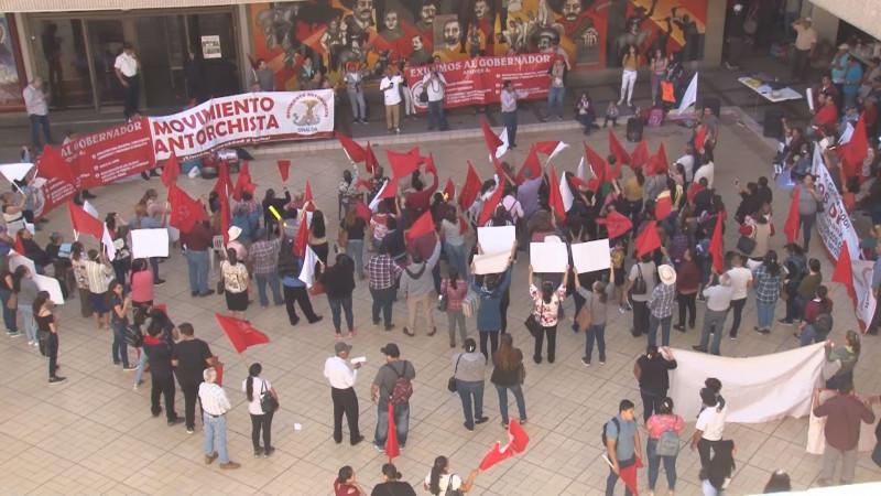 Antorchistas exigen solución a sus demandas en plantón en Palacio de Gobierno