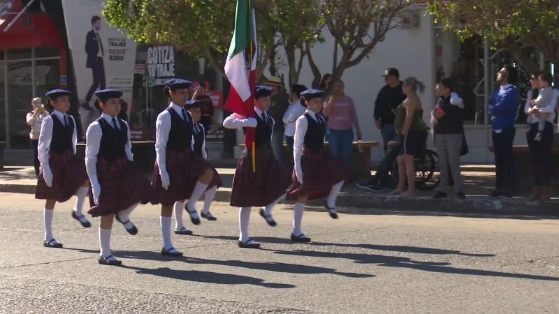 Desfilan por el día de la bandera