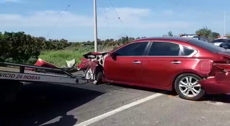 Se registra choque entre camión y automóvil