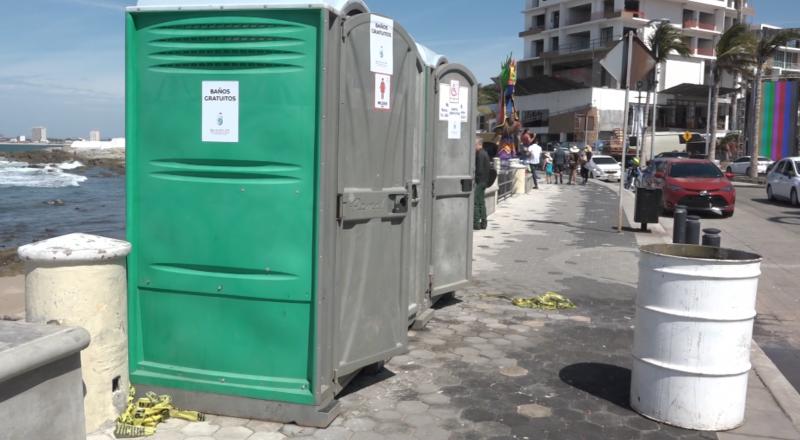 Desagradables olores brotan de baños portátiles instalados para Carnaval