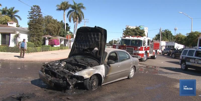 Se incendia vehiculo con adulto mayor al volante