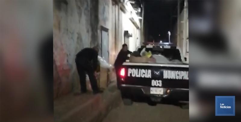 Policías recogen la basura de callejones por instrucciones del presidente.