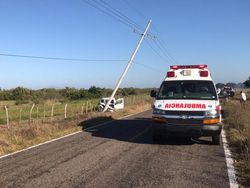Automovilista se impacta con poste y queda lesionado