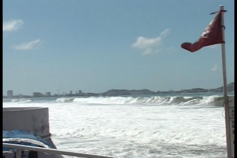 Colocan banderas rojas en playas