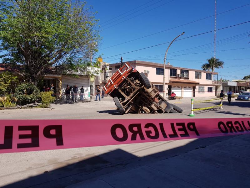 Cae camión de carga en socavón