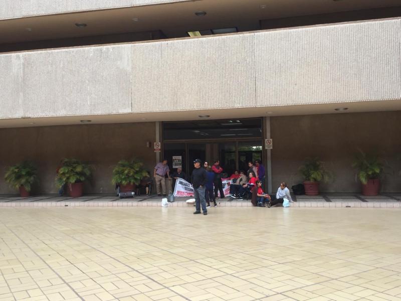 Se manifiestan en palacio de gobierno integrantes del movimiento somos más que 53