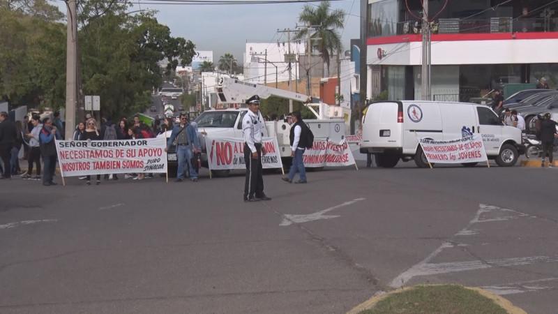 Bloquean alumnos, maestros y personal del Tec de Culiacán, avenidas Obregón y Bátiz