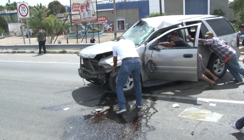 Motociclista invadió carril y ocasiona fuerte choque