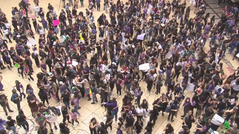 Marchan cientos de mujeres para exigir la erradicación de la violencia de género