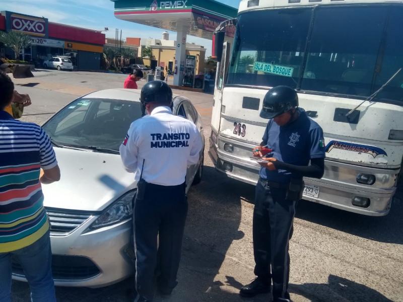 Camión de pasajeros choca contra automóvil