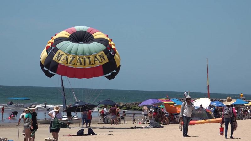 Se mantienen abiertas a bañistas playas de Mazatlán