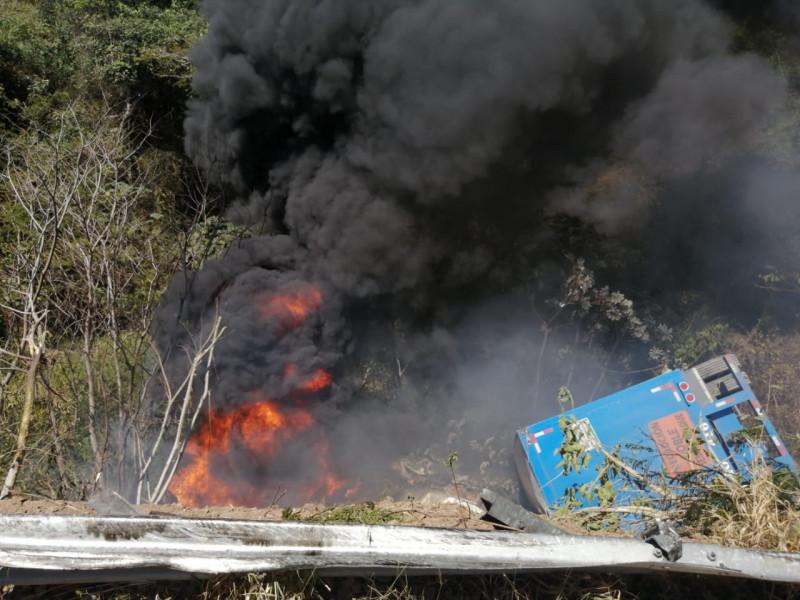 Vuelca trailer en carretera cargado de cerveza