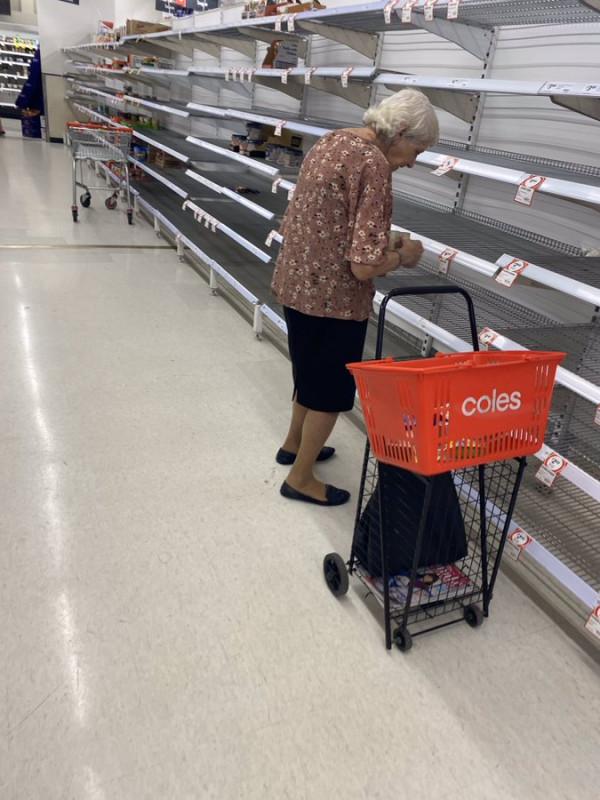 Captan a abuelita llorando por encontrar el supermercado casi vacío
