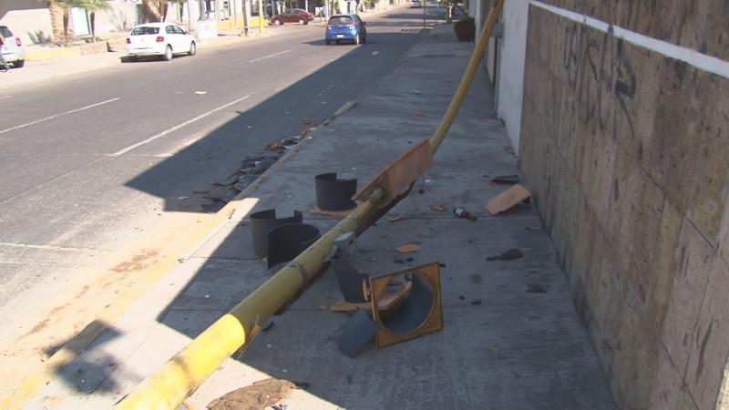 Causa caos vehicular falta de semáforo que fue derribado en Ciudades Hermanas y Andrade