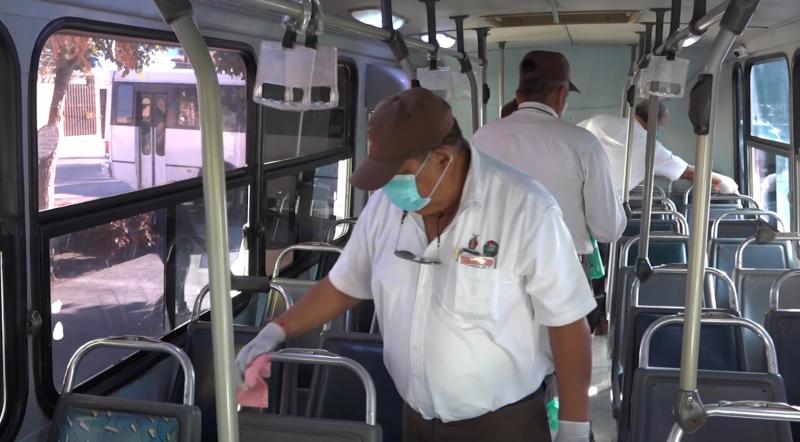 Personal de Vialidad y Transporte sanitiza camiones urbanos