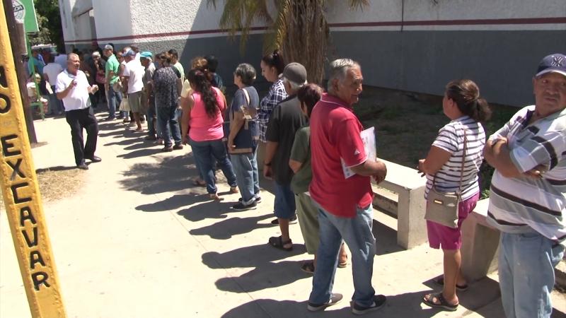 Adultos mayores esperan pago para comprar despensa y víveres