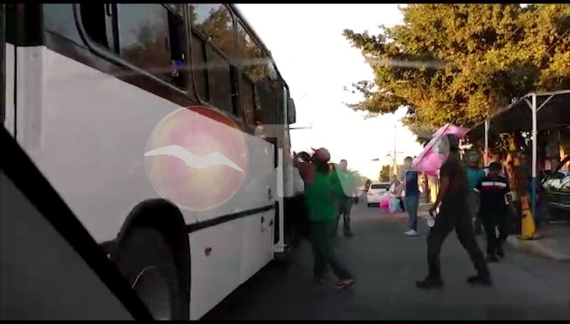 Atacan a golpes camión urbano con pasajeros a bordo